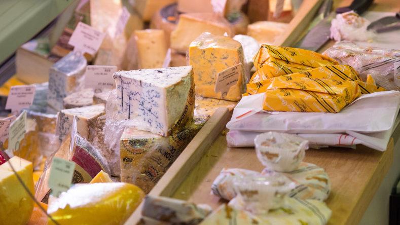 Davanti al bancone del formaggiaio